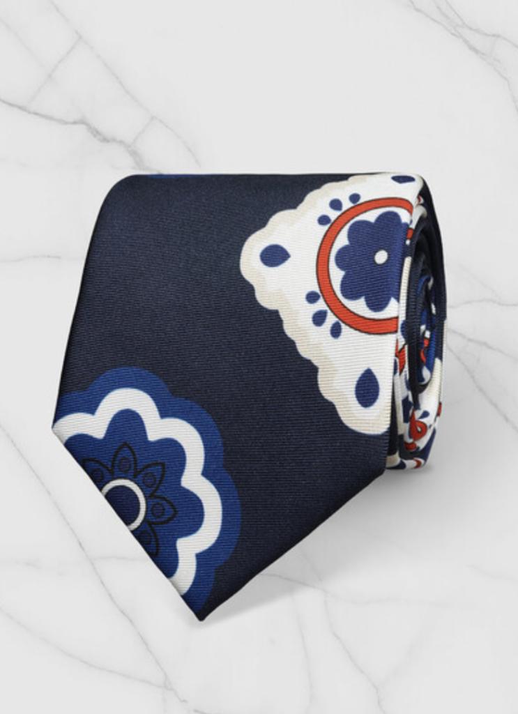 mespromenades-comment-porter-un-costume-defursac-chemise-blanche-cravate-bleu-motifs