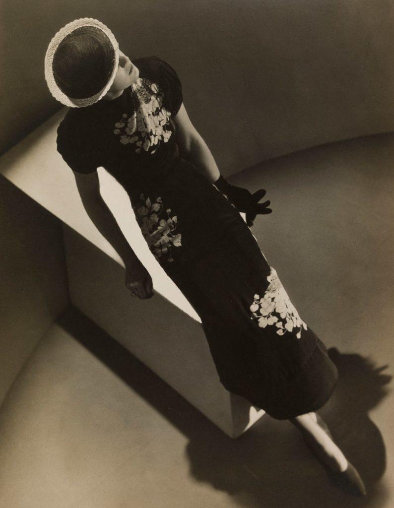 mespromenades-ManRay-et-la-mode-©-photo-credit-man-ray-musee-du-luxembourg-robe-de-petit-soir-en -rêpe-noir-1936