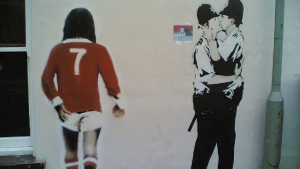 banksy-kissing-coopers-2004-©-wikimedia-commons-shozu