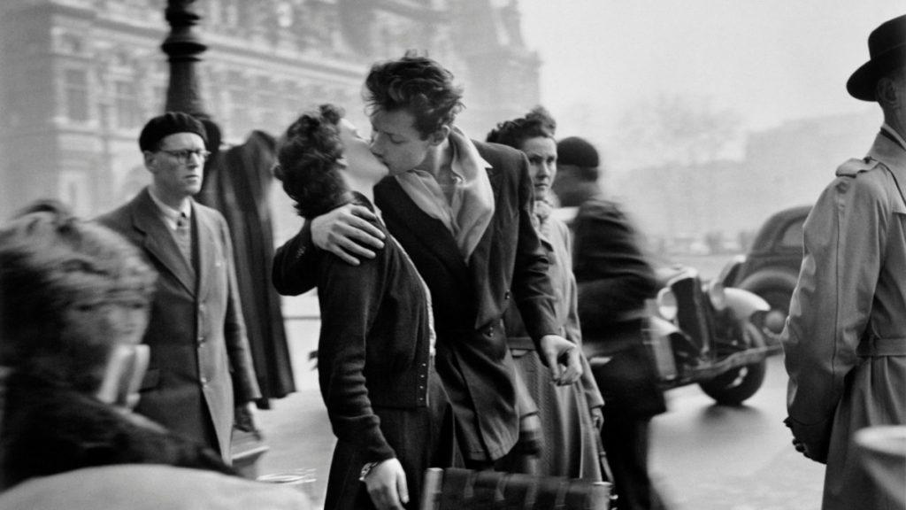 le-baiser-de-lhotel-de-ville-1950-©-atelier-robert-doisneau